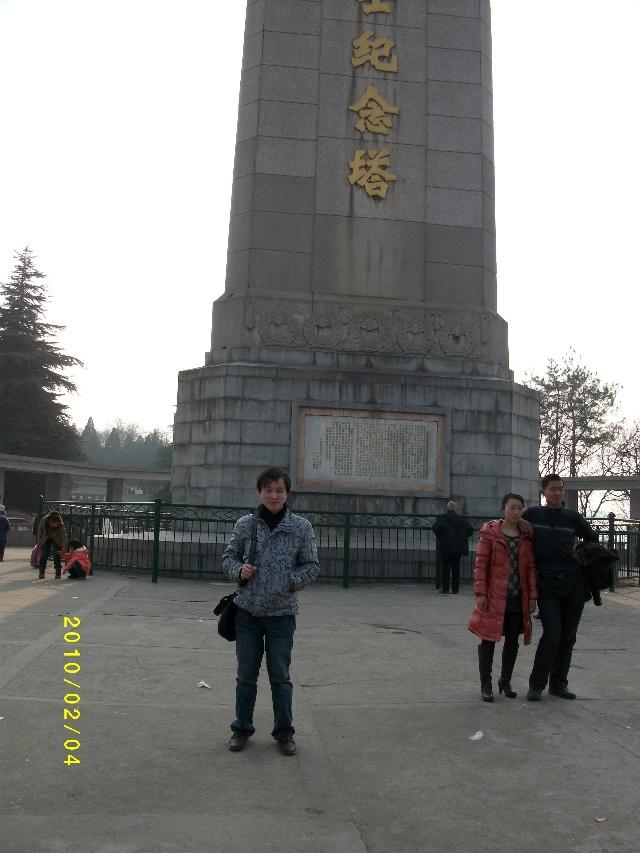 28米高的烈士塔矗立于山顶