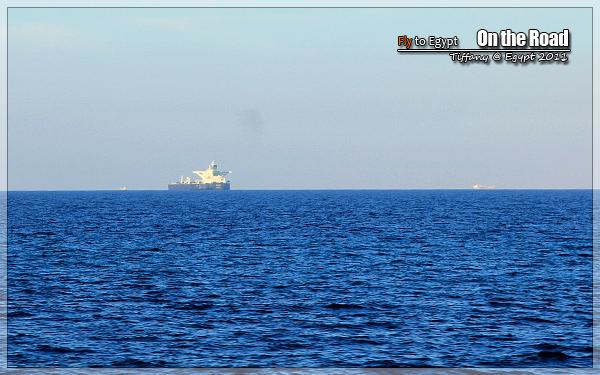 到红海中的船往苏伊士运河那边走-感受埃及 28 路上风景