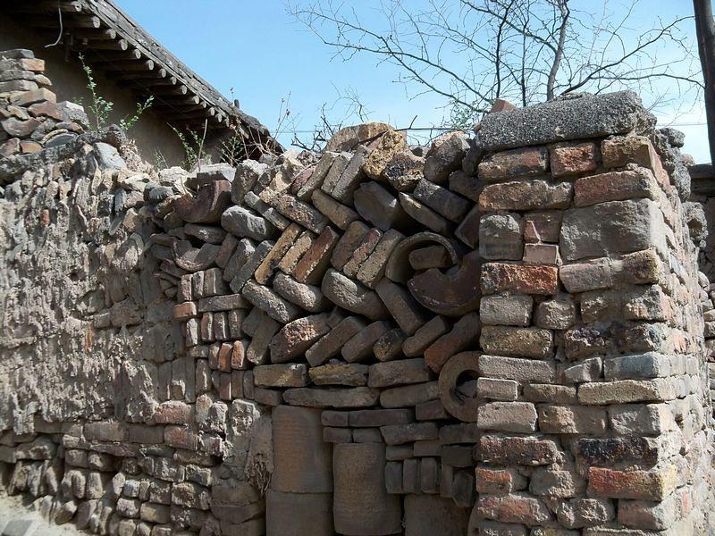当地的村民家的房屋,院墙处处都是垅子(匣钵),耐火砖叠砌,近水楼台