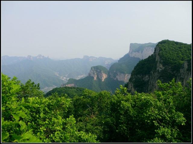 其中第2个垭口处堆有已经腐朽的木头),第3个垭口南侧的山就是梨树圪梁