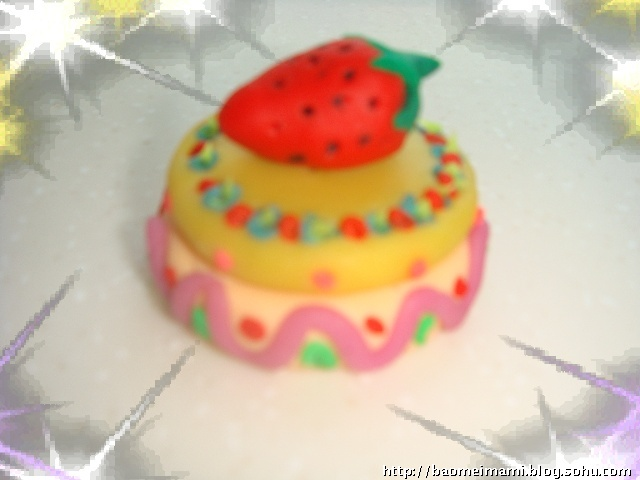 是用橡皮泥做的草莓蛋糕