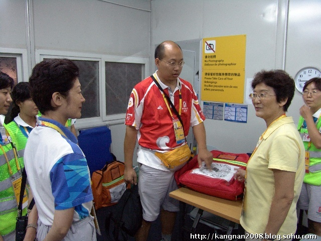北京市卫生局领导莅临沙滩排球场看望医疗志愿者 高清图片