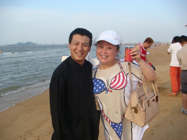 """姓 名: 海燕职 业:喜剧演员。不是主持人!年 2月21日位 北京我的介绍:我是上帝派来的。它告诉我说:你是我最小的女儿 ! 因为小很惯你。好吃的东西全部给了你。所以把你养 的这么""""丰满""""。你是带给人间快乐的""""胖天使""""!"""