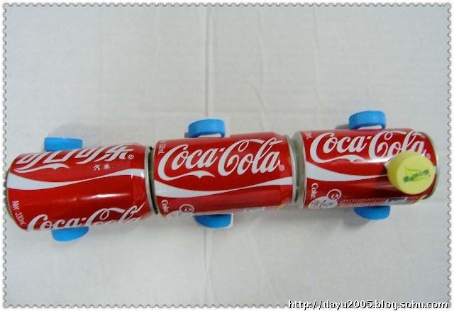 (三) 用做完可乐鸡翅后的可乐瓶和矿泉水瓶盖又做了一个简易的小火车