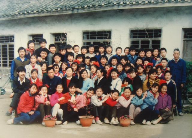 每次表演节目,老师们让我们自己去找红毛衣,黑色健美裤,白网鞋来穿,那