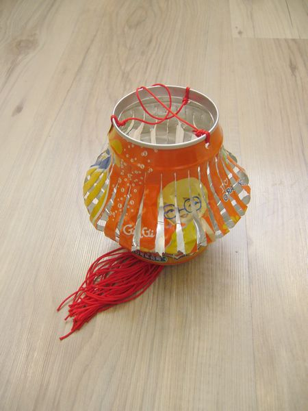 废旧的光盘可以做成自行车,装饮料的易拉罐可以做成灯笼.图片