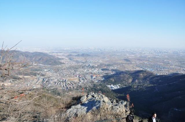 一晃竟然有1个月没有更新了。当然11月也没有空着:第一个周末接父母、外公来北京玩了一趟,第二和第三个周末回杭州度过了美好的一周,第四个周末,回到北京,终于熬不住啦。虽然北京的冬天看似艳阳高照,却是寒风凛冽,气温很低,但这依然挡不住我飞向野外的心情。 去香山,一是因为这是离北京市区最近的山,二是还想着可以看个红叶。可结果却是光秃秃的一片山,不要说是红叶,连个叶都难寻一片。还好山高度陡度还可以(500多米),人也不多,权当爬山锻炼,也还不错。 说是最近,其实离市中心也有二十多公里。从住的地方出发,连坐地铁带转