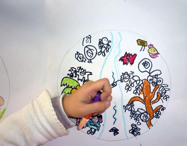 练习画树,并自己再组织一张有树的风景画,都画在圆形里面