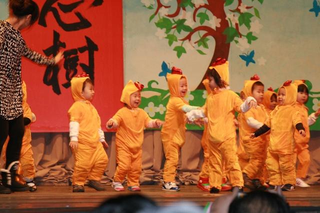 幼儿园所有3岁以下小朋友表演的母鸡下蛋