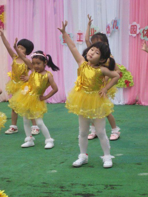 第二个节目是小一班所有小朋友上场,表演的《春天》和《小老鼠上灯台》。  葡萄的特写。似乎昨夜没睡好,眼睛有点肿。又似乎,俺家闺女又胖了。。。。  看完这组照片,妈妈感慨。。。 虽然闺女很荣幸被选去跳《牛奶歌》,但她的缺点仍存在:一是跳舞虽卖力,却没表情;二是动作太快,总是着急做下一个动作,抢节奏。 晚上,宝贝们放学,每人手里拿着幼儿园送的节日礼物。  5月31日,周一。经过周末两天的狂风暴雨,美丽的舞台背景已经残缺不堪了。这一天小朋友们要进行游艺活动。  和小朋友们玩水  和宁宁一起演木偶戏  时装表演