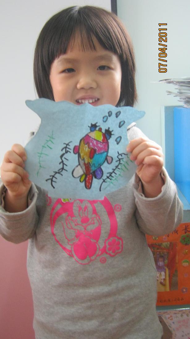 今天的课是小动物住房子,每个小朋友都有一张图纸和一袋子小动物模型
