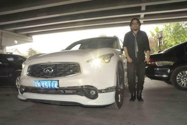 高晓松和他的白色英菲尼迪越野车