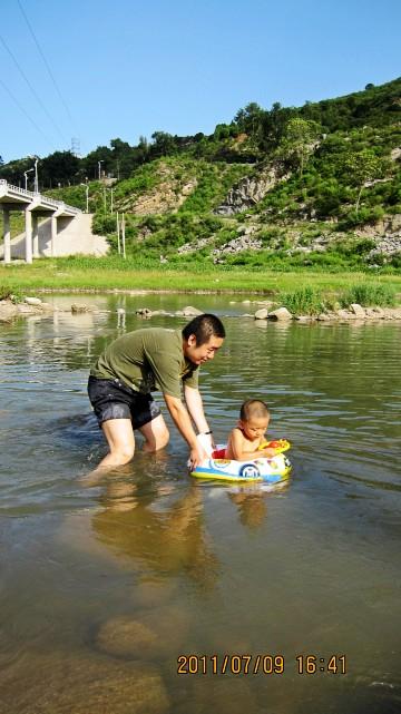 河岸线绵延三公里之长,河边可垂钓,放风筝,戏水游玩.